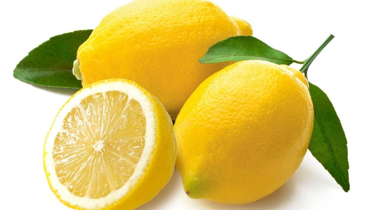 agua tibia con limon verde o amarillo