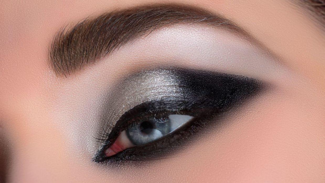 5b31fab33 Maquillaje de ojos ahumado en negro y plata - Hogarmania