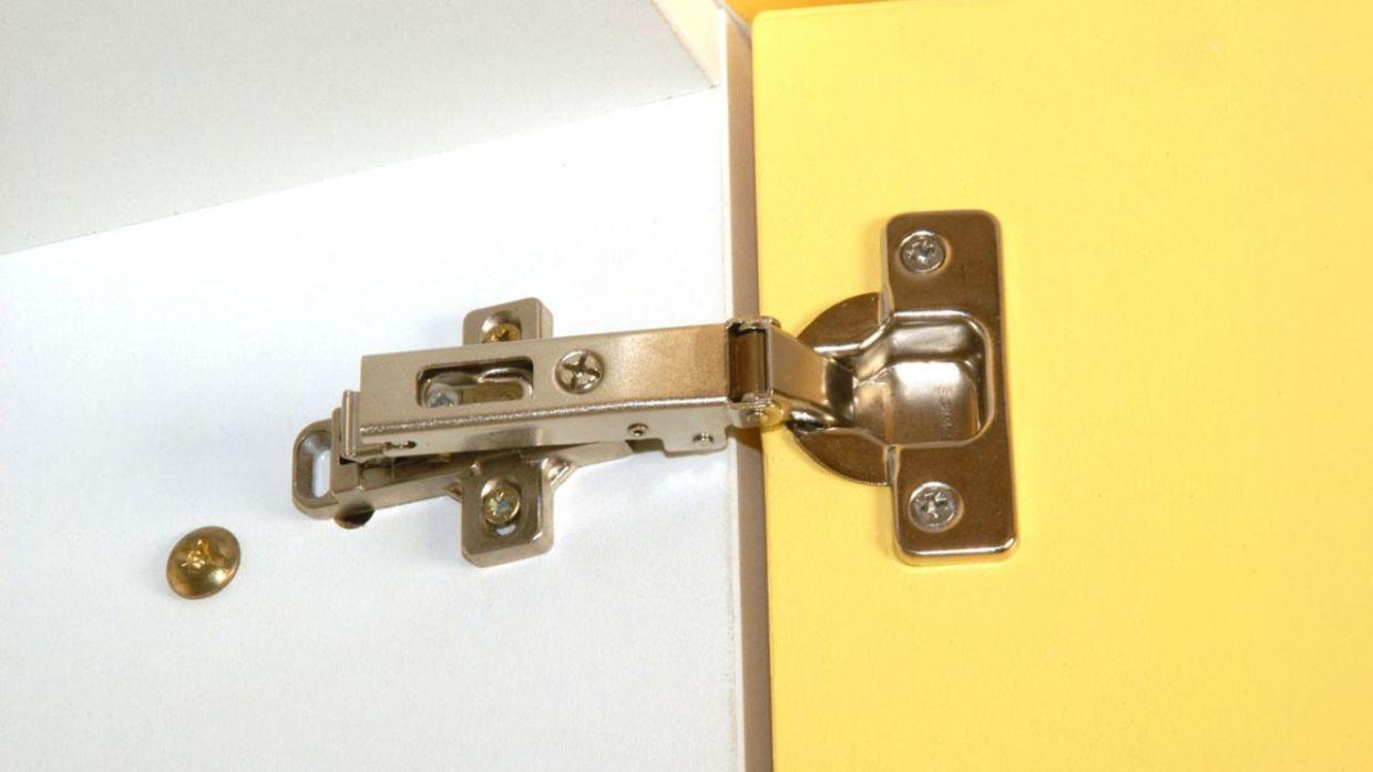 Arreglar la bisagra de los muebles de la cocina - Bricomanía