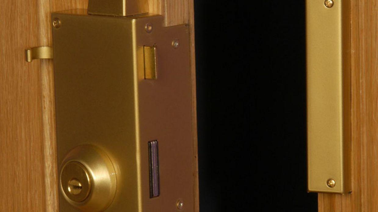 Como poner una cerradura a una puerta de madera