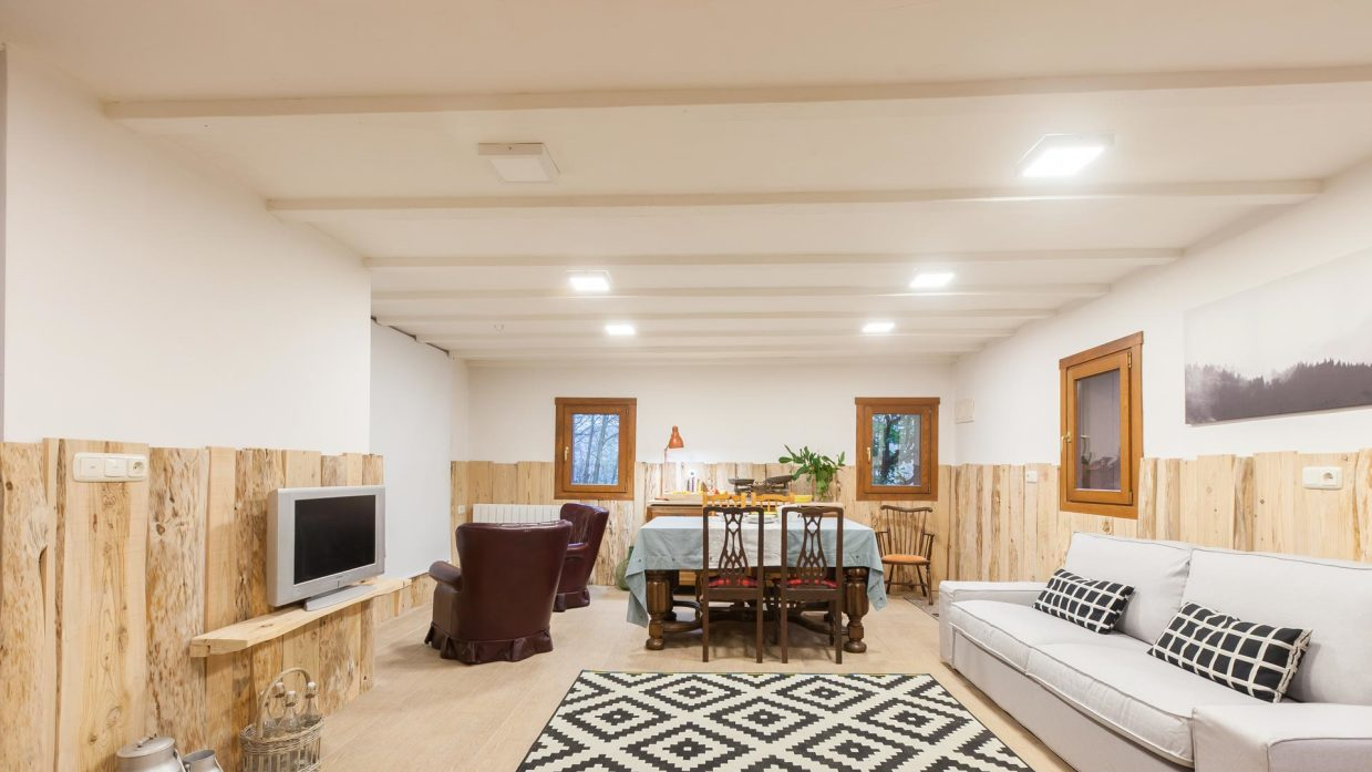 Salón comedor rústico amplio con chimenea - Decogarden